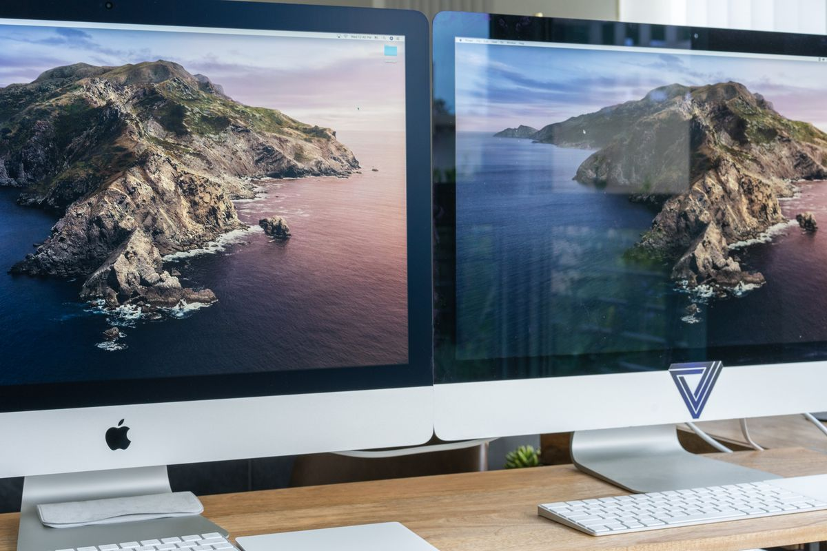 2020 iMac on the left, 2017 iMac on the right. The nano texture finish on the 2020 iMac all but erases glare.